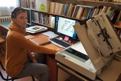 Julia Olejniczak podczas digitalizacji.